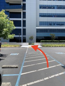 arrow showing the walkway toward the Intel Museum from the disabled parking spaces